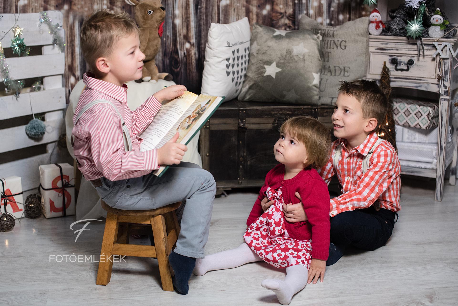 Három gyerek, tele élettel a stúdió